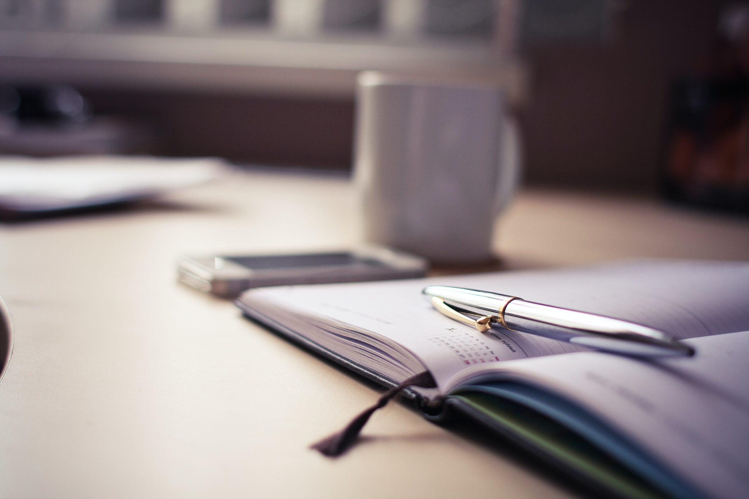 Bild einer Agenda mit Stift auf Tisch