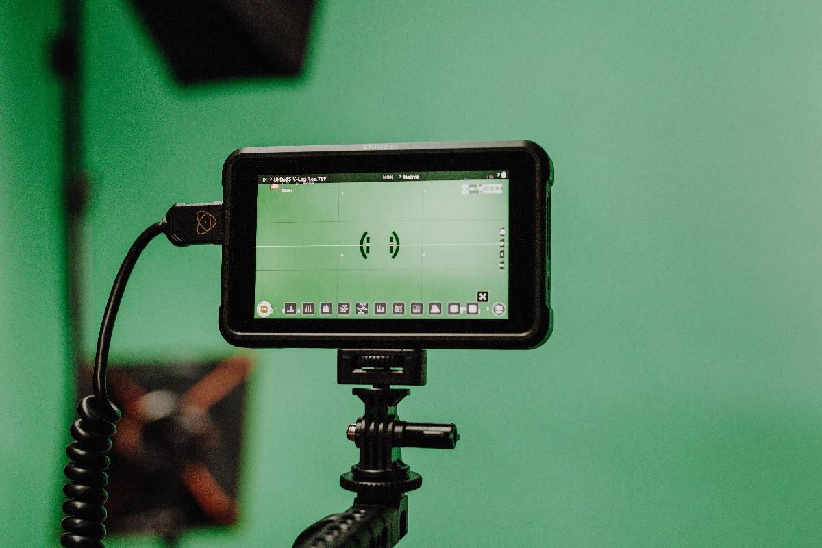 Screen für eine Videokamera, mit Greenscreen im Hintergrund